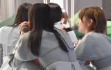 藤原あずさ&矢野帆夏がSTU48号のプレートを塗装する映像を見守るメンバー (C)ORICON NewS inc.