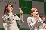 センターの瀧野由美子(左)と地元神奈川でのリリースイベントを喜ぶキャプテンの岡田奈々 (C)ORICON NewS inc.