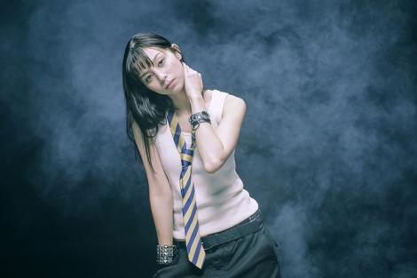 アヴリルの1stアルバム『Let Go』(2002年)の衣装を着用