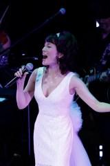 マルシア、30周年ライブで豪華ゲストと熱唱 涙を浮かべながら感謝のあいさつ