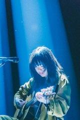 初の日本武道館公演でギター弾き語り公演に挑戦したあいみょん Photo by 鈴木友莉、永峰拓也
