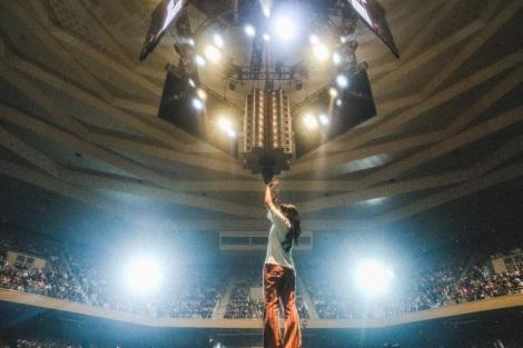 日本武道館のセンターステージで1万4000人を魅了したあいみょん Photo by 鈴木友莉、永峰拓也