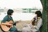 門脇麦(左)と小松菜奈がギターデュオ役 (C)2019「さよならくちびる」製作委員会