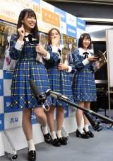 恥ずかしいポーズを再現する荒井優希(左)= グループ10周年のメモリアルブック『SKE48の10乗』発売記念イベント(C)ORICON NewS inc.