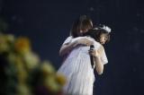 卒業コンサート『7th YEAR BIRTHDAY LIVE - Day4- 〜西野七瀬卒業コンサート〜 』で抱き合う西野七瀬(手前)と白石麻衣