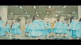 日向坂46のイメージカラー「空色」の衣装で舞う