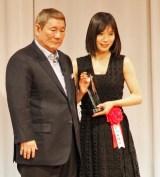 『第28回 東京スポーツ映画大賞』に出席した(左から)ビートたけし、松岡茉優 (C)ORICON NewS inc.