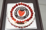 木曜劇場『ストロベリーナイト・サーガ』で亀梨和也の誕生日をお祝い 写真はいちご尽くしの特製バースデーケーキ (C)フジテレビ