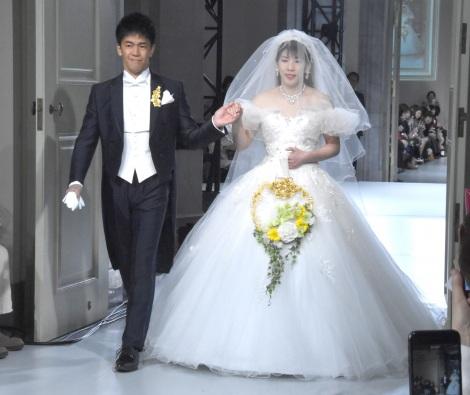 『Yumi Katsura 2019 Grand Collection in Tokyo』コレクションショーに登場した(左から)武井壮、吉田沙保里 (C)ORICON NewS inc.
