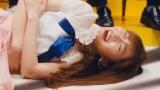 """卒業ソング「私だってアイドル!」MVで""""笑い死に""""する指原莉乃(C)AKS/キングレコード"""