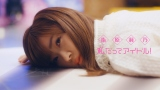 チーン…笑い死にしてしまった指原莉乃=「私だってアイドル!」MVより(C)AKS/キングレコード