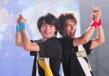 映画『チア男子!!』より背中あわせに笑顔を見せる(左から)横浜流星、中尾暢樹(C)朝井リョウ/集英社・LET'S GO BREAKERS PROJECT
