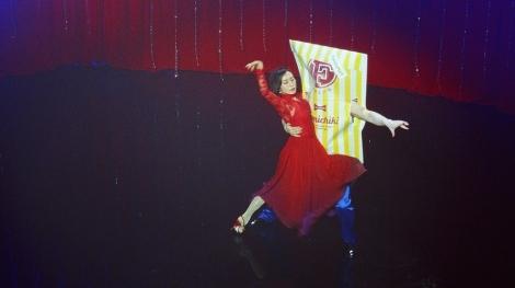 """ファミチキ先輩と官能的で情熱的なアルゼンチンタンゴを踊る木村多江=「ファミリーマート」の新テレビCM""""TANGO""""篇"""