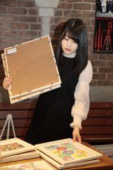 AKB48劇場ロビーで個展の設営をする小田彩加