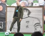 特別装飾の前でサッカーボールを止めるイニエスタ選手 (C)ORICON NewS inc.