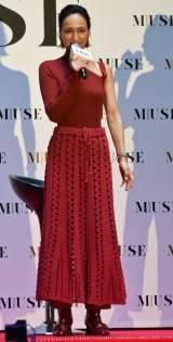 佐田真由美、赤ドレス姿披露