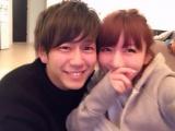 桃(右)がブログで10歳下の彼氏の「まーさん」との2ショットを公開(画像は本人ブログより)