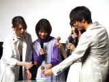たこ焼きを食べる(左から)松村沙友理、森川葵、浜辺美波、中川大志 (C)ORICON NewS inc.