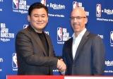 公式戦『NBA Japan Games 2019』開催発表会見に出席した(左から)楽天の三木谷浩史社長、NBAコミッショナーのアダム・シルバー氏 (C)ORICON NewS inc.