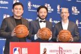 公式戦『NBA Japan Games 2019』開催発表会見に出席した(左から)楽天の三木谷浩史社長、田臥勇太選手、NBAコミッショナーのアダム・シルバー氏 (C)ORICON NewS inc.