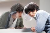 土曜ドラマ『イノセンス 冤罪弁護士』最終話に出演する(左から)坂口健太郎、武田真治 (C)日本テレビ