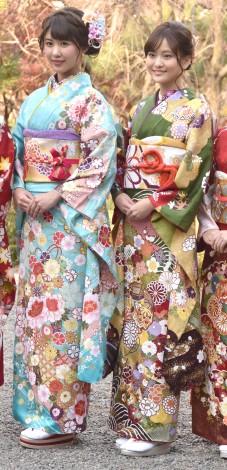 晴れ着撮影会に出席したカレッジ・コスモスの(左から)舩田美子、伊藤舞 (C)ORICON NewS inc.