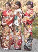 晴れ着撮影会に出席したカレッジ・コスモスの(左から)Aya、郡司奈桜、坂本美咲 (C)ORICON NewS inc.