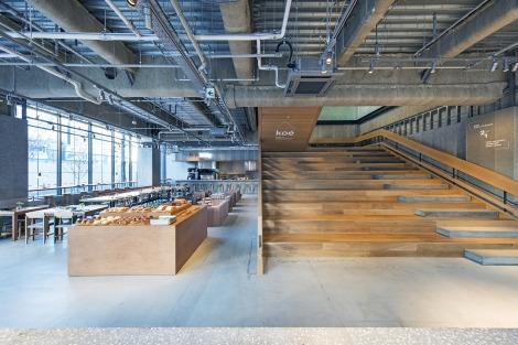 サムネイル デザインホテル施設「ホテルコエトーキョー」の1階にあるカフェ『koe lobby(コエロビー)』