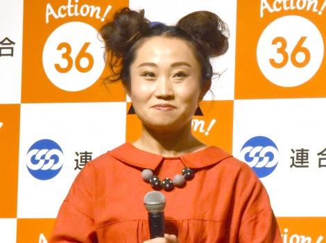 前田敦子を祝福したキンタロー。=『36(サブロク)の日』制定記念発表会 (C)ORICON NewS inc.