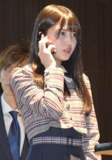 防止策のデモンストレーションを実施した乃木坂46・久保史緒里=『SOS47動画発表会〜家族の絆でSTOP!オレオレ詐欺〜』の会見 (C)ORICON NewS inc.