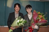 10日、最終回を迎える日本テレビ系『3年A組—今から皆さんは、人質です—』のクランクアップを迎えた(左から)椎名桔平、菅田将暉(C)日本テレビ