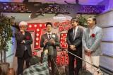 囲み取材に応じる吉本興業の大崎洋社長(右)