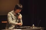 DJ機材を駆使しながらアルバム収録曲秘話などをトーク 撮影:エグマレイシ