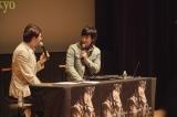 MCのサッシャと話に花を咲かせたDEAN FUJIOKA 撮影:エグマレイシ