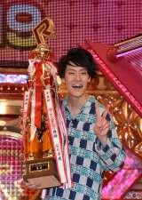 『R-1ぐらんぷり2019』優勝して2冠ポーズをする霜降り明星・粗品 (C)ORICON NewS inc.