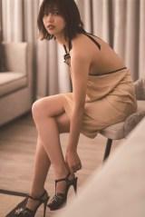 大胆なドレスで大人の魅力を見せた渡邉理佐=1st写真集より先行カット(撮影/倉本GORI)