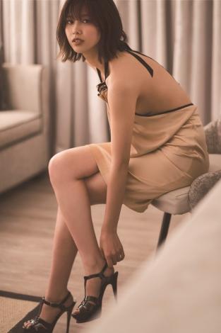 サムネイル 大胆なドレスで大人の魅力を見せた渡邉理佐=1st写真集より先行カット(撮影/倉本GORI)