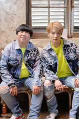 ジェジュン「Sweetest Love」のMVに出演するバナナマン・日村勇紀(左)