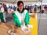 ゴールでは温かい貝汁やおにぎりを提供=2月24日に開催された『第42回金栗四三のふるさと玉名 横島いちごマラソン大会』の模様 (C)ORICON NewS inc.
