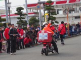 白バイではなく郵便配達員が先導するのも特徴。イチゴと同じ赤ですね=2月24日に開催された『第42回金栗四三のふるさと玉名 横島いちごマラソン大会』の模様 (C)ORICON NewS inc.
