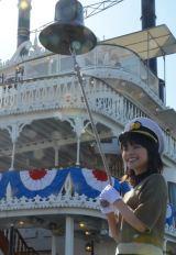 観光遊覧船「ミシガン」出航の合図の鐘を鳴らす岸井ゆきの
