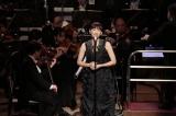 オーケストラの演奏で「ムーン・リバー」を歌い上げる綾瀬はるか(C)NHK