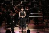 オーケストラの演奏で「ムーン・リバー」を歌い上げる綾瀬はるか=『RUN!HOPE!RUN! N響×大友良英×いだてんコンサート』3月31日、NHK・BSプレミアムで放送予定(C)NHK