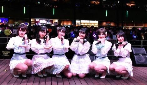 """「♪10年後にまた会おう この場所で待ってるよ」と歌った""""約束の場所""""に10年ぶりに帰還したAKB48の後輩たち(左から)岡部麟、小栗有以、横山由依、向井地美音、岡田奈々、坂口渚沙=AKB48 55thシングル『ジワるDAYS』発売記念イベント (C)ORICON NewS inc."""