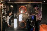 主人公を失踪に誘う謎のバーテンダーを演じる(C)NHK
