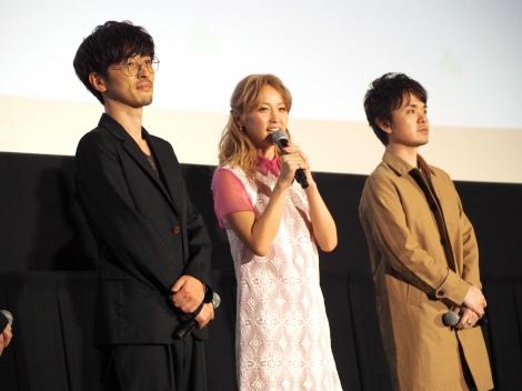 劇場版『えいがのおそ松さん』舞台挨拶に出席した(左から)櫻井孝宏、Dream Ami、松原秀氏 (C)ORICON NewS inc.