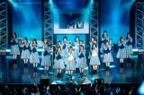 日向坂46がデビュー曲「キュン」を披露