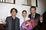 『トレース〜科捜研の男〜』をクランクアップさせた新木優子(中央)と錦戸亮(左)、船越英一郎(右) (C)フジテレビ