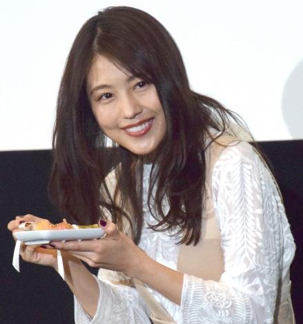 神木がデコレーションしたサプライズのケーキをおいしく食べた有村架純 (C)ORICON NewS inc.