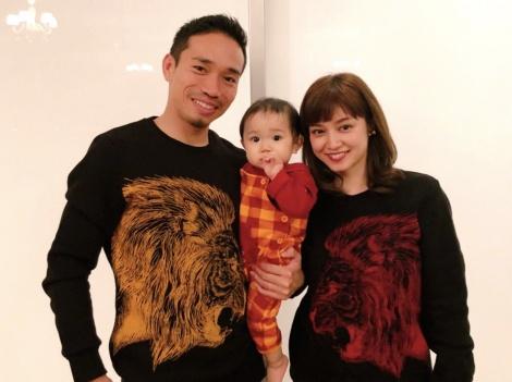 サムネイル 第2子妊娠を報告した長友佑都&平愛梨&第1子(画像は本人ツイッターより)